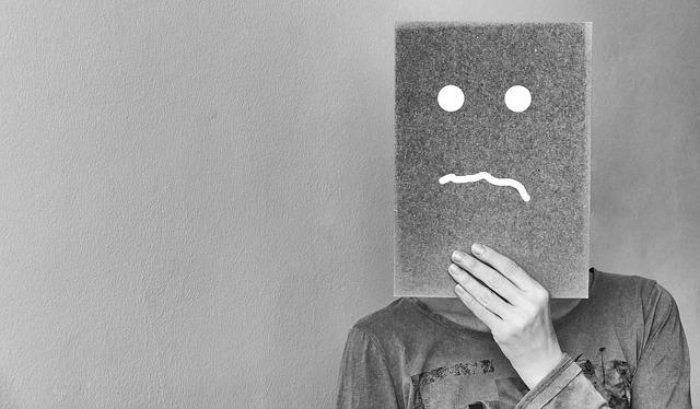 Osoba z maską potrzebująca wsparcia poradni rodzinnej