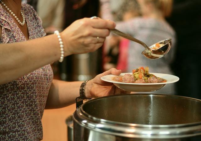 Rozdzielanie zupy w kuchni charytatywnej